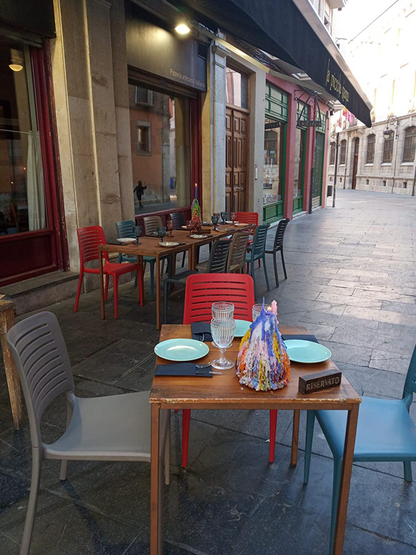 Imagen de una mesa en el exterior de La Piccola
