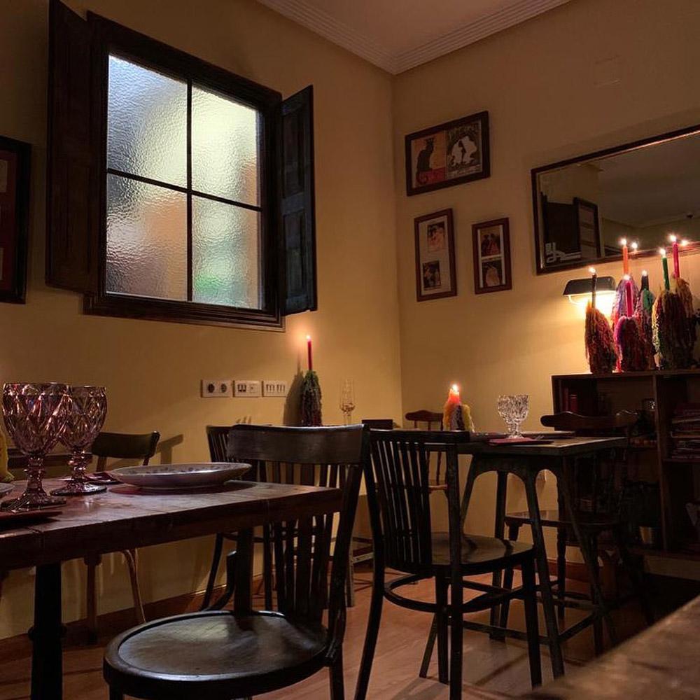 Imagen del interior de La Piccola con luz tenue