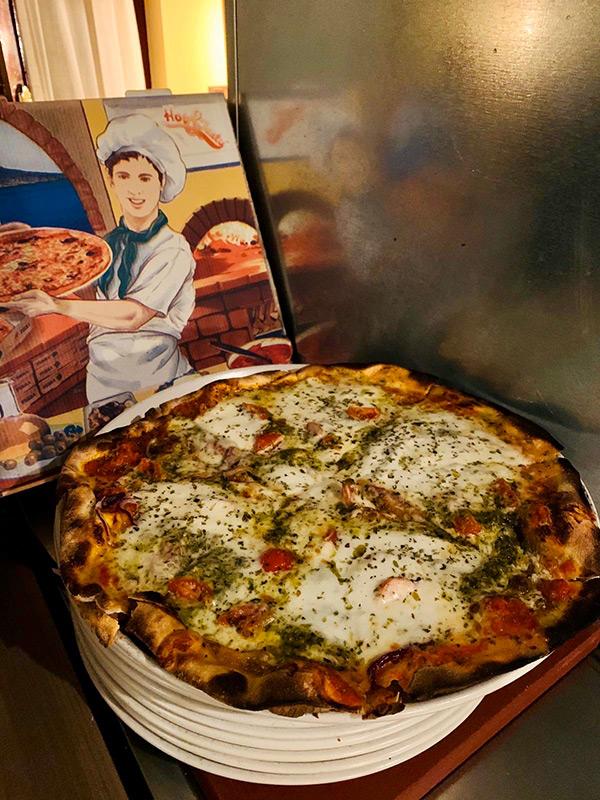 Imagen de una pizza con su caja para llevar
