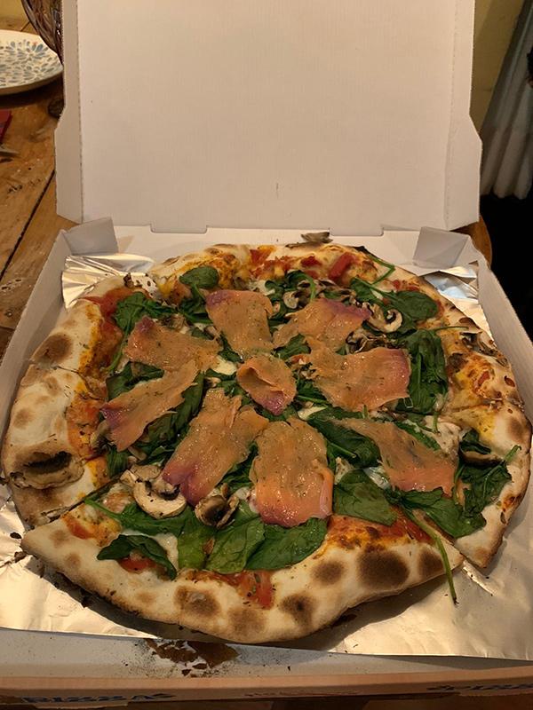 Imagen de una pizza reyes