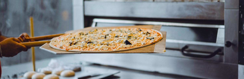 Horno de leña u horno eléctrico para una pizza artesanal